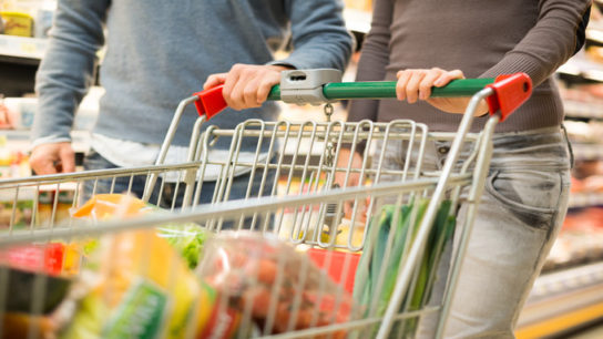 couple-grocery-shopping_1015