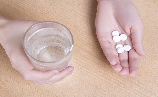 hands-holding-aspirin_1015